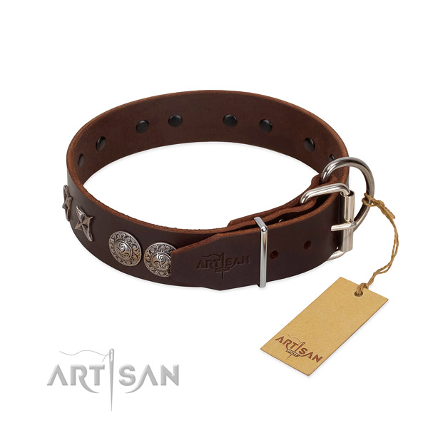 Easy wearing dog collar of leather with remarkable studs